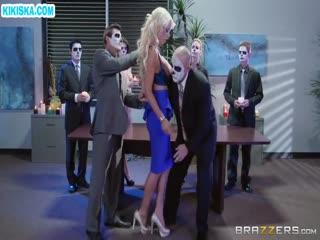 Скриншот Привязанную блонди мощно прут толпой