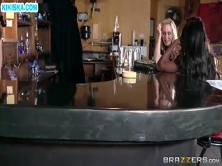 Скриншот Крепкий парниша отымел двух нимфеток в баре