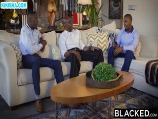 Скриншот Черные мужики отымели красивую брюнетку