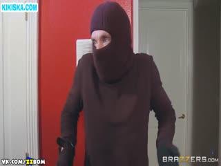 Скриншот Хозяйка в секс наряде трахнула грабителя
