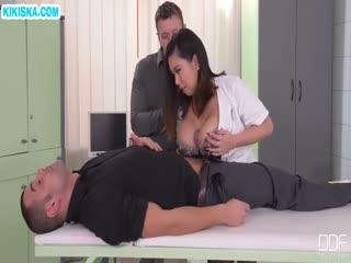 Скриншот Пухлая медсестричка перепихнулась с двумя пациентами