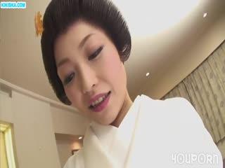 Скриншот Красивая гейша нежно сосет член