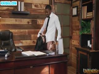 Скриншот Мускулистый негр трахает брюнеточку в кабинете
