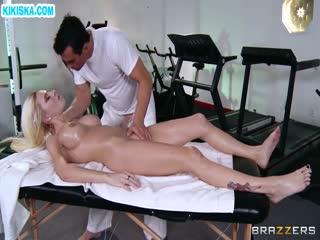 Скриншот Блонди скачет на большом члене массажиста