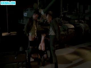 Скриншот Солдаты отымели шпюху с большими дойками