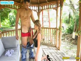 Скриншот Девушку с большими дойками прут на веранде