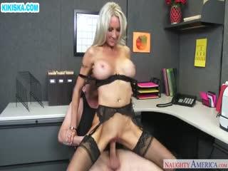 Скриншот Молодой парень отымел зрелую блонди в офисе
