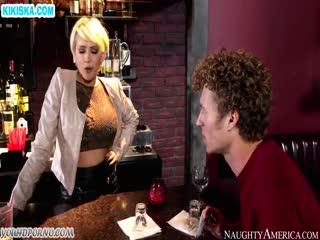 Скриншот Грудастая барменша дала выпившему мужику