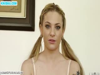 Скриншот Аппетитная блонди в чулках классно берет в ротик
