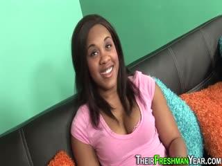 Скриншот Негритянка с большой грудью работает ротиком