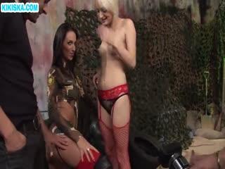 Скриншот Две сучки в экстазе от больших пенисов