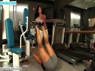 Скриншот Красотку с большими дойками натянули в спортзале