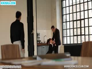 Скриншот После деловой встречи мужики трахнули секретутку