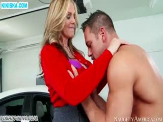 Скриншот Блондинку с большими сиськами отодрали в гараже