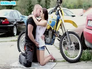 Скриншот Мотоциклист приходует руженькую на дороге