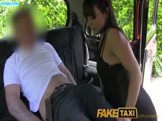Скриншот Таксист порезвился с брюнеткой на заднем сидении