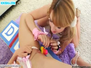 Скриншот Лесбиянки трахаются леденцом и вибратором
