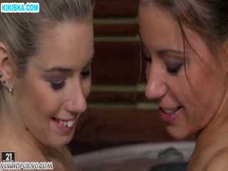 Скриншот Нежный секс лесбиянок в джакузи