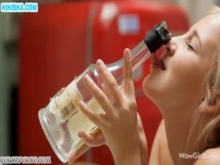 Скриншот Бухая блонди мастурбирует бутылкой