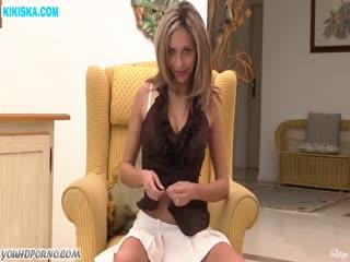 Скриншот Красивая чикса мастурбирует в кресле