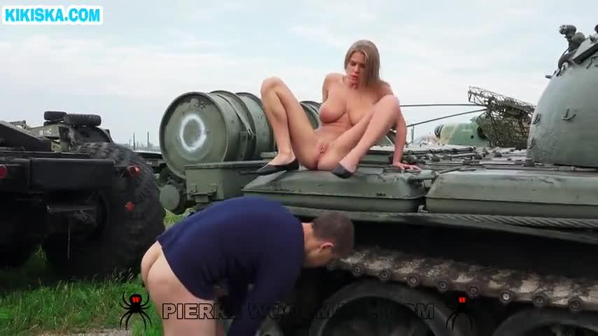 Секс в танке с сисястыми