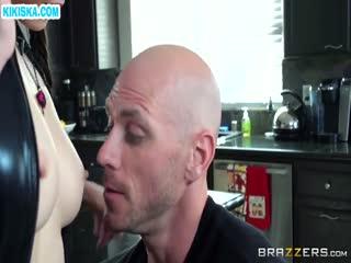 Скриншот Нимфу в секс наряде шпилят на кухне